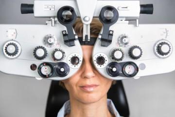 Bestimmung der Sehstärke, Brillenbestimmung mit einem Phoropter in einer Augenarztpraxis